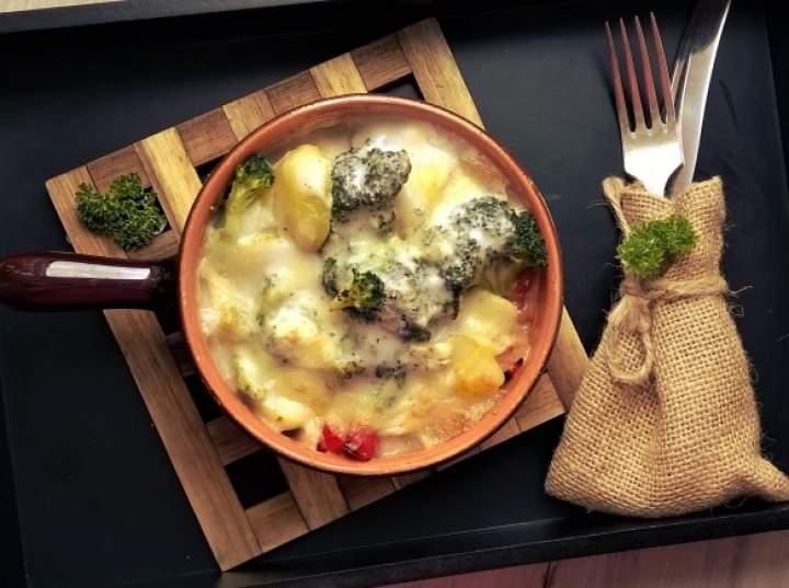 Zapiekanka z młodych ziemniaków z brokułem, papryką, pieczarkami, w sosie serowym