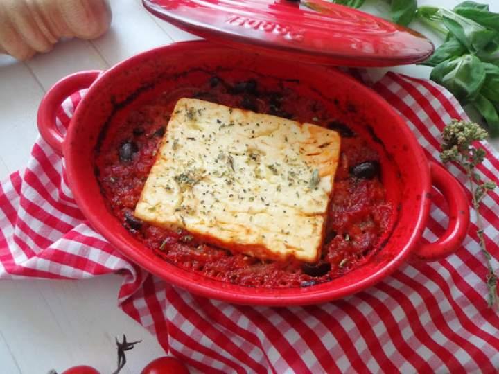 Pieczona feta w pomidorach z oliwkami i czerwoną cebulą (Feta al forno con pomodori, olive nere e cipolla rossa)