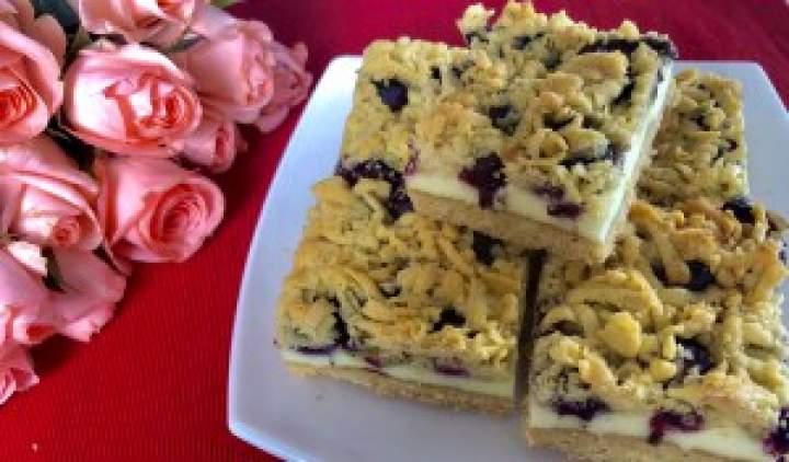 Kruche ciasto z pianką i jagodami