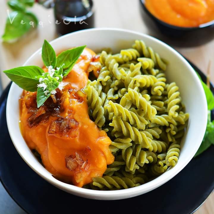 Makaron z groszku i sos z batata, wegański obiad dla biegacza