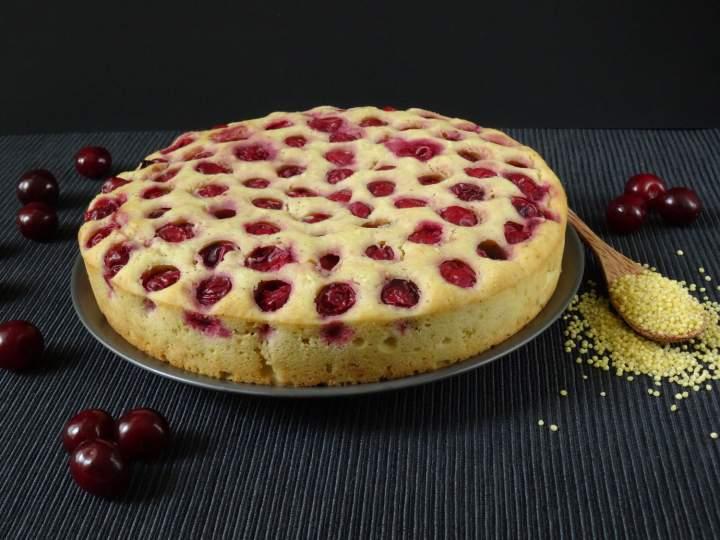 Waniliowe ciasto jaglane z wiśniami