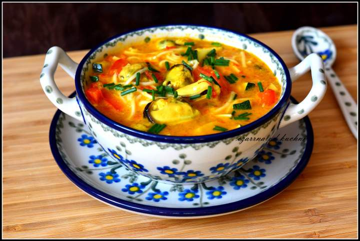 Zupa tajska z makaronem jajecznym