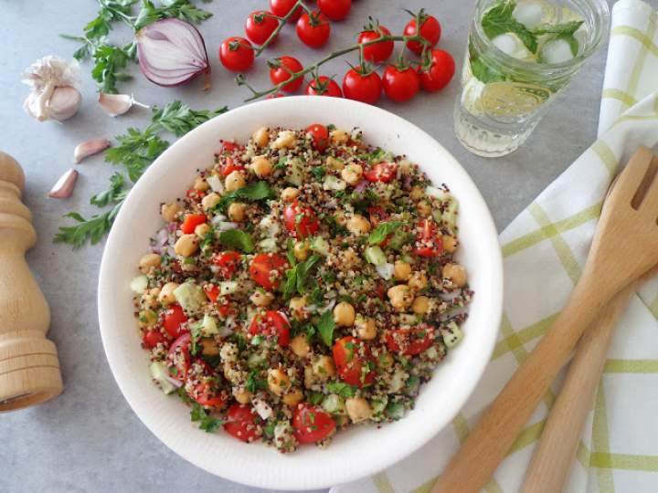 Aromatyczna sałatka z komosą ryżową i ciecierzycą (Tabulè di quinoa con ceci)