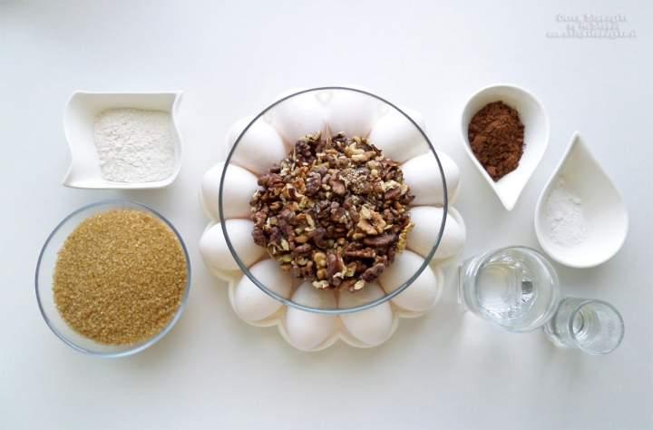 Tort orzechowo-kakaowy z kremem mascarpone – przepis krok po kroku