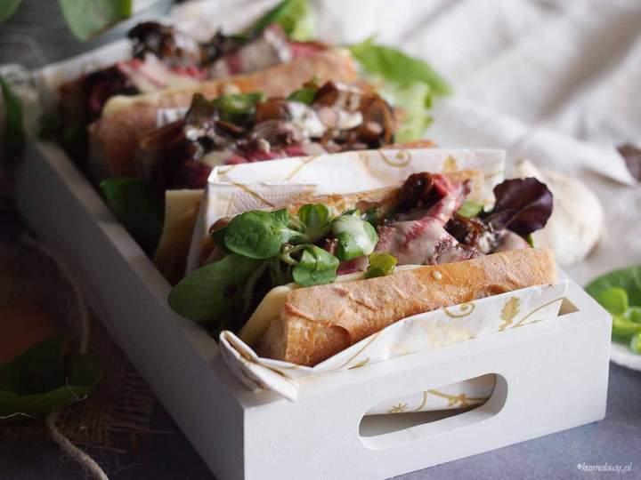Kanapka ze stekiem, balsamicznymi grzybami i serem żółtym / Cheesy steak sandwich with mushrooms