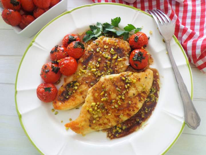 Filet z kurczaka w sosie balsamicznym z pieczonymi pomidorkami i pistacjami (Petto di pollo all'aceto balsamico con pomodorini e pistacchi)