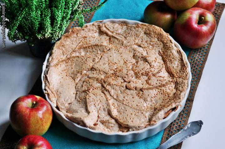 Tarta z jabłkami pod bezą posypaną sezamem
