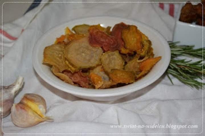 Chipsy z kolorowych buraków
