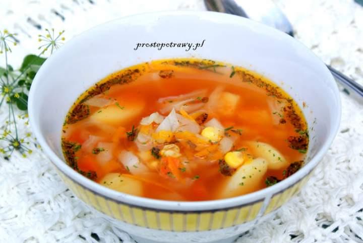 Jesienna zupa z kapustą i kukurydzą