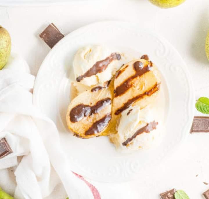 Gruszki pieczone w miodzie z cynamonem i czekoladą