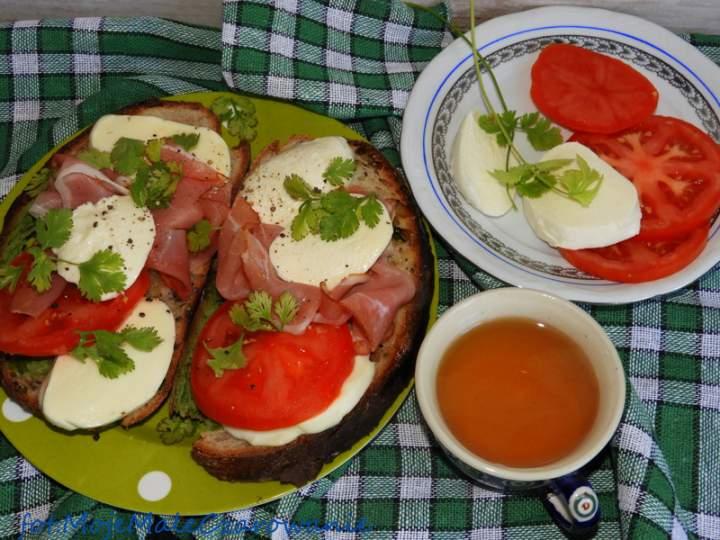 Bruschetta z mozzarellą i szynką parmeńską
