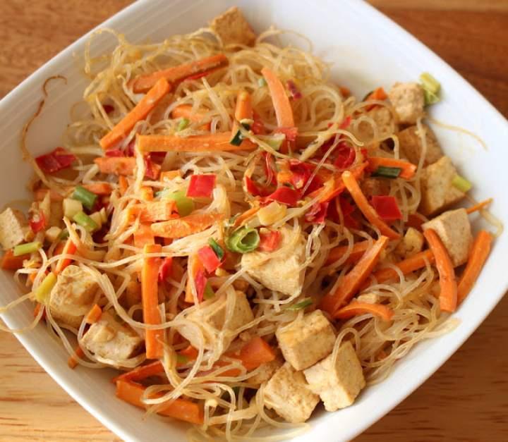 Makaron sojowy z tofu i sosem sambal
