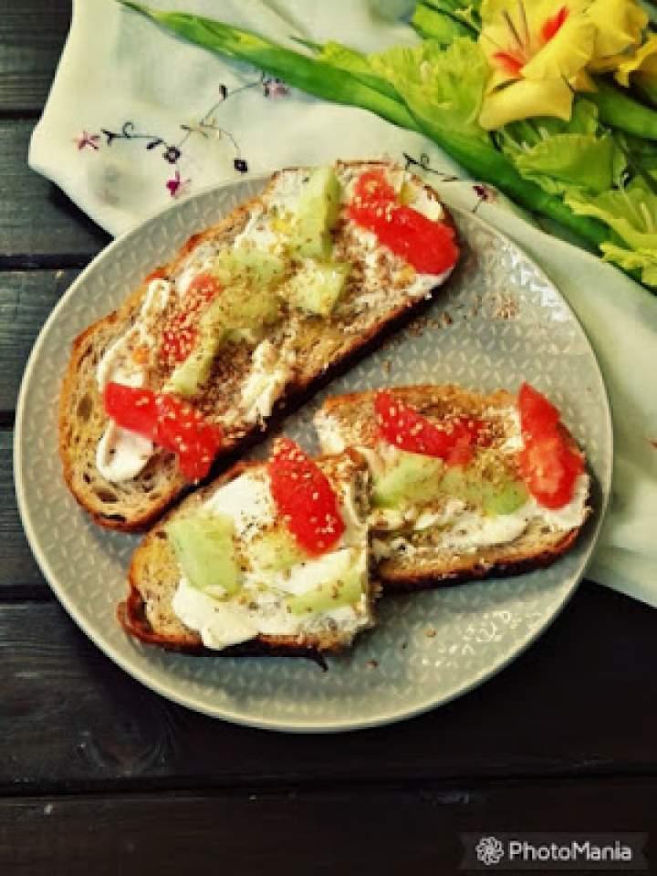 Grzanki z ricottą i marynowanymi warzywami