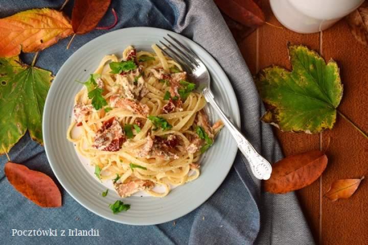 Makaron z kurkami, kozim serem i suszonymi pomidorami