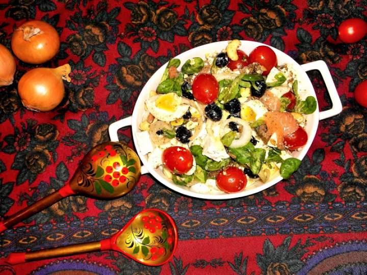 Sałatka łososiowo-roszponkowa z prażonym słonecznikiem i fetą