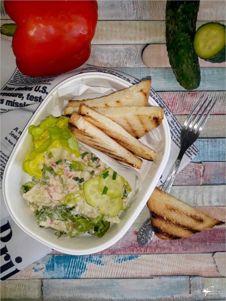 Sałatka z łososiem w lekkim sosie czosnkowym