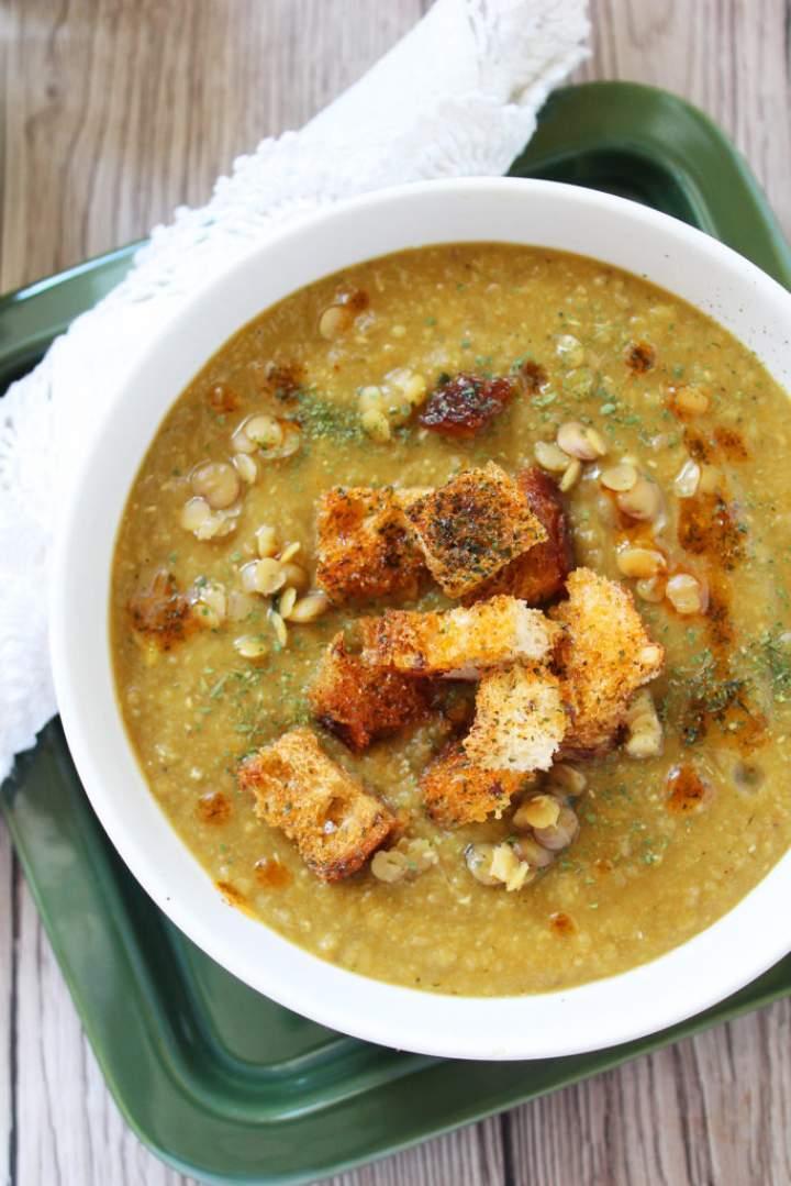 Zupa krem z czerwonej i zielonej soczewicy z grzankami