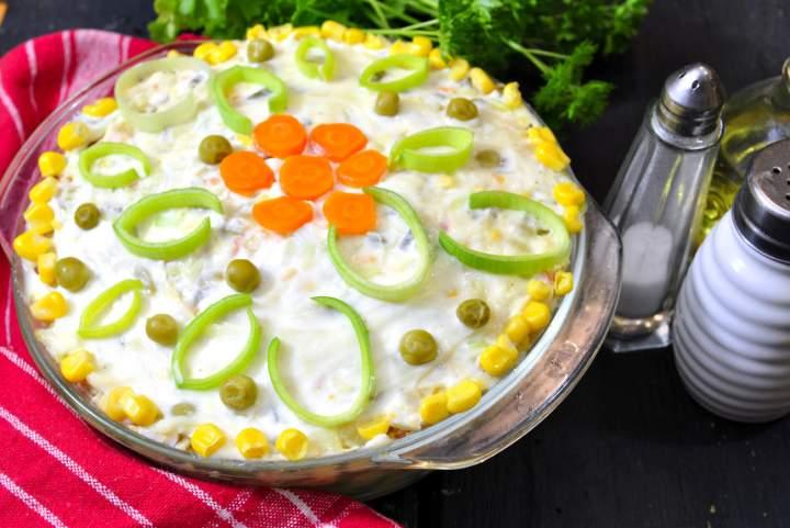 Sałatka jarzynowa z groszkiem i kukurydzą
