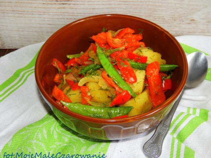 Sałatka na ciepło z ziemniakami i groszkiem cukrowym