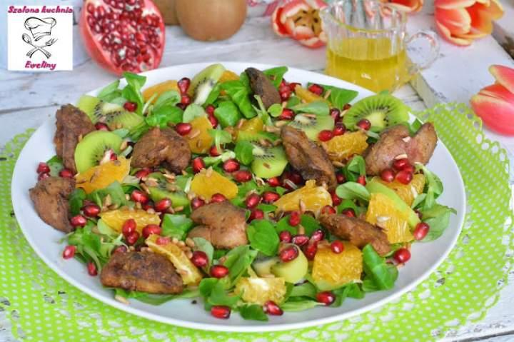 Sałatka z wątróbką drobiową, soczystymi owocami i chrupiącym słonecznikiem