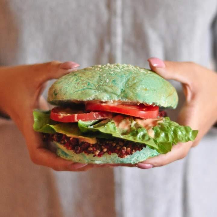 Orkiszowe bułki hamburgerowe (w wersji klasycznej i niebieskiej)