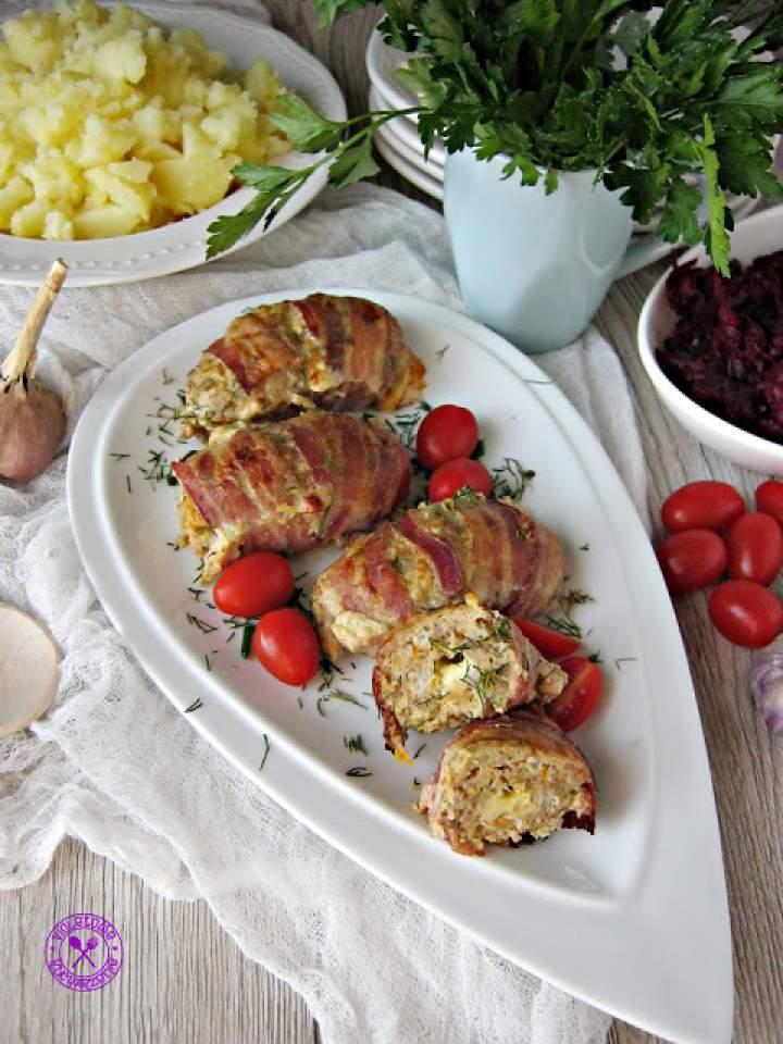 Mielone rolady z serowym środkiem owinięte boczkiem