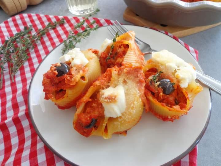 Muszle makaronowe zapiekane w sosie pomidorowym z tuńczykiem i czarnymi oliwkami (Conchiglioni ripieni di sugo al pomodoro con tonno e olive nere)