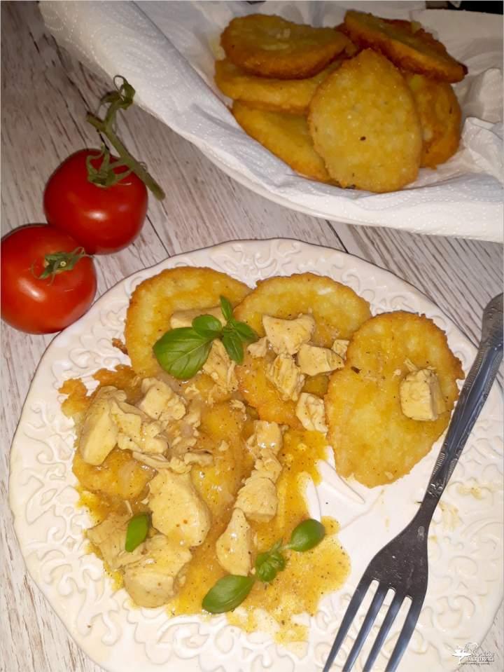 Złote placki ziemniaczane z sosem z piersi kurczaka