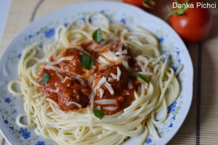 Spaghetti z klopsikami w sosie pomidorowym