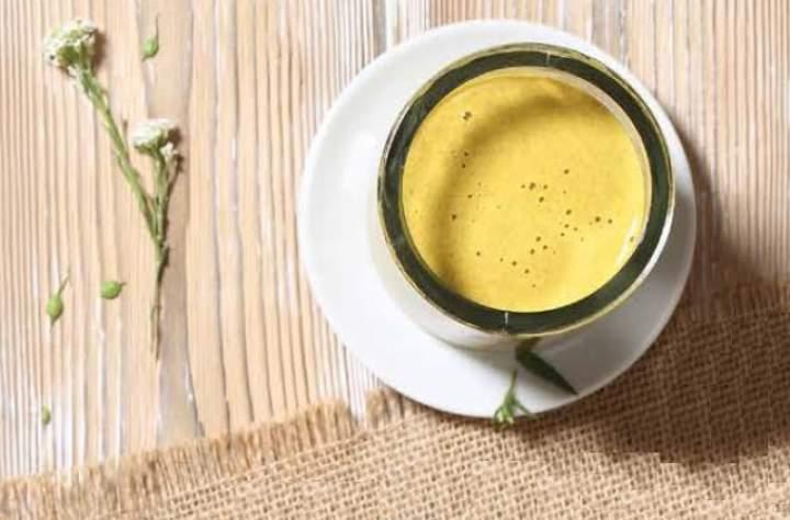kurkuma + cynamon + imbir + pieprz + olej kokosowy + mleko migdałowe lub kokosowe
