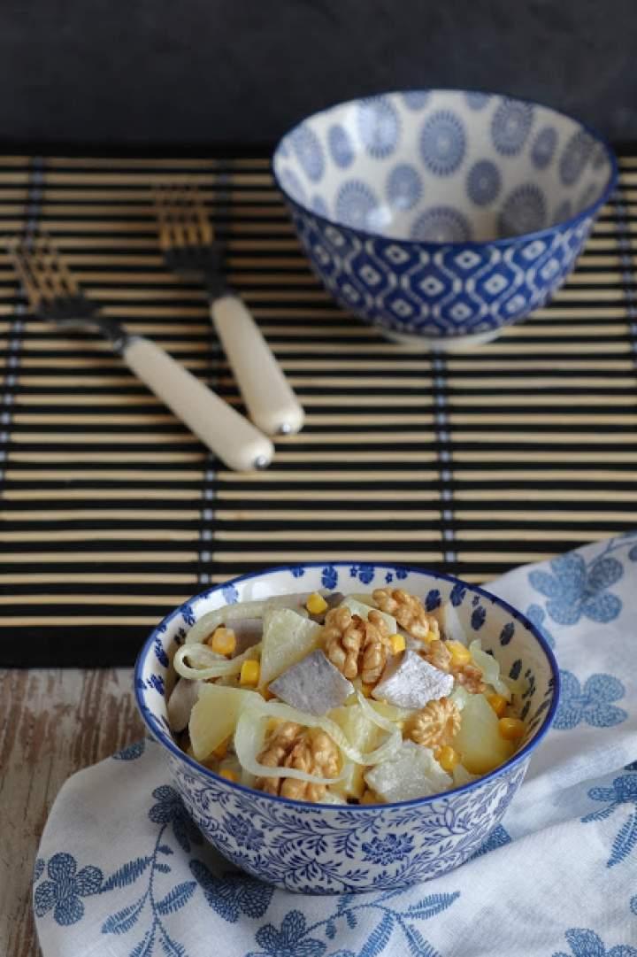 Sałatka śledziowa z ananasem i orzechami włoskimi