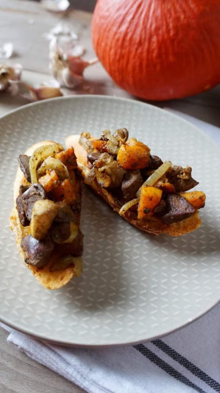 Wątróbka z jabłkiem i dynią na tostach