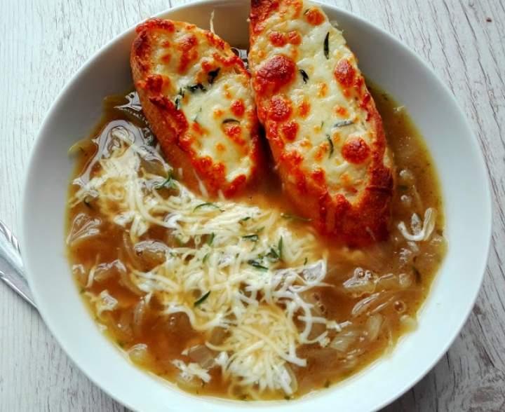 Zupa cebulowa z grzankami  z serem