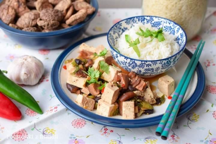 Tofu z grzybami shiitake i czarną fasolą