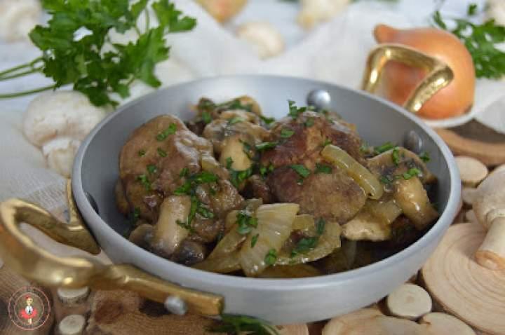 Wątróbka drobiowa z cebulką i pieczarkami