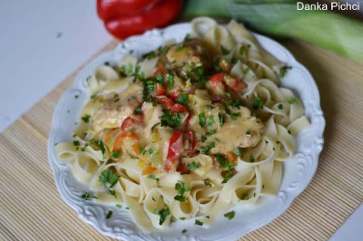 Kurczak duszony z warzywami i serem pleśniowym