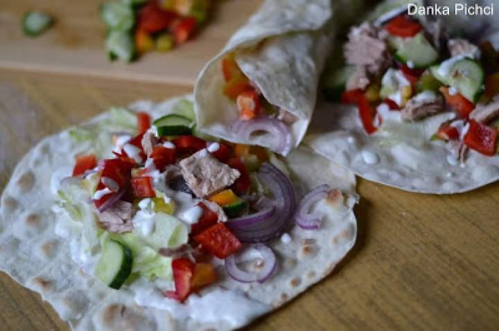 Tortilla z tuńczykiem i sosem jogurtowo-majonezowym