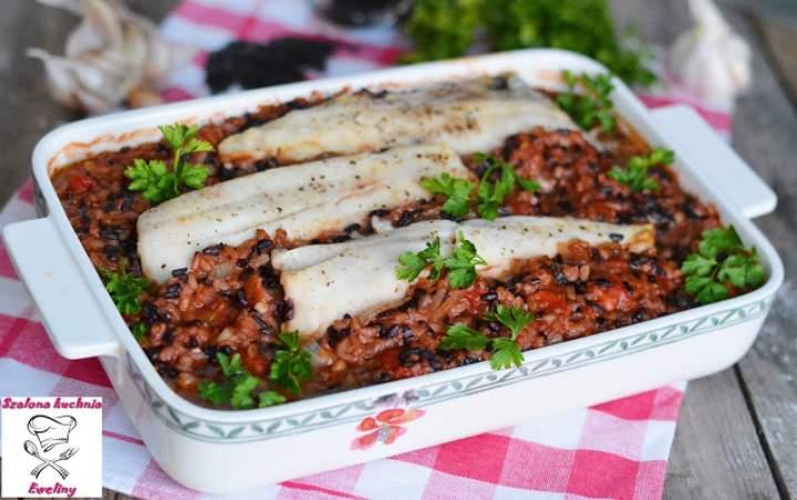 Miruna pieczona w pomidorach z czarnym ryżem i kaszą bulgur