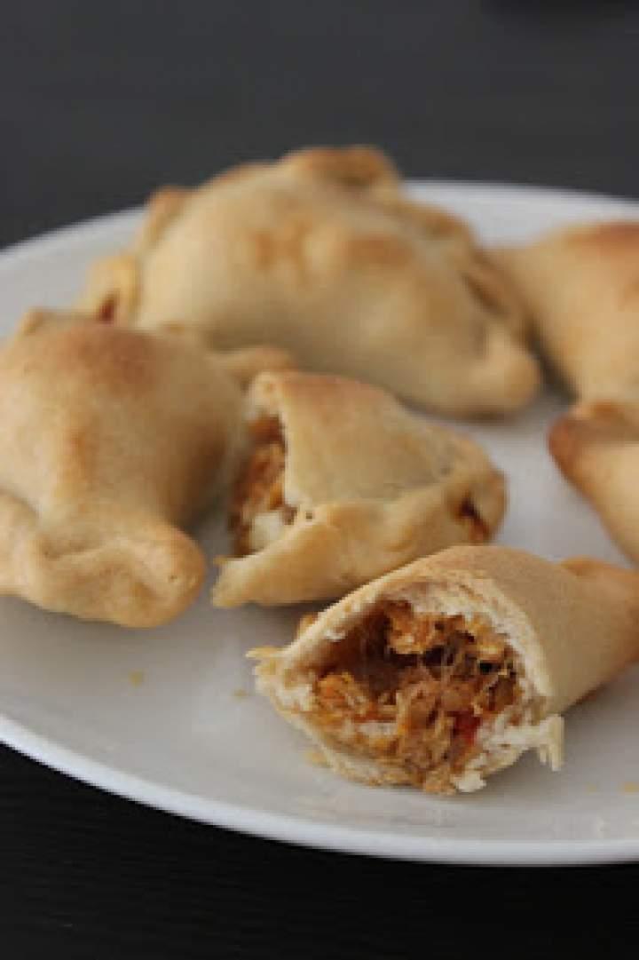 Pieczone pierożki z tuńczykiem i papryką (pieczone empanadas)