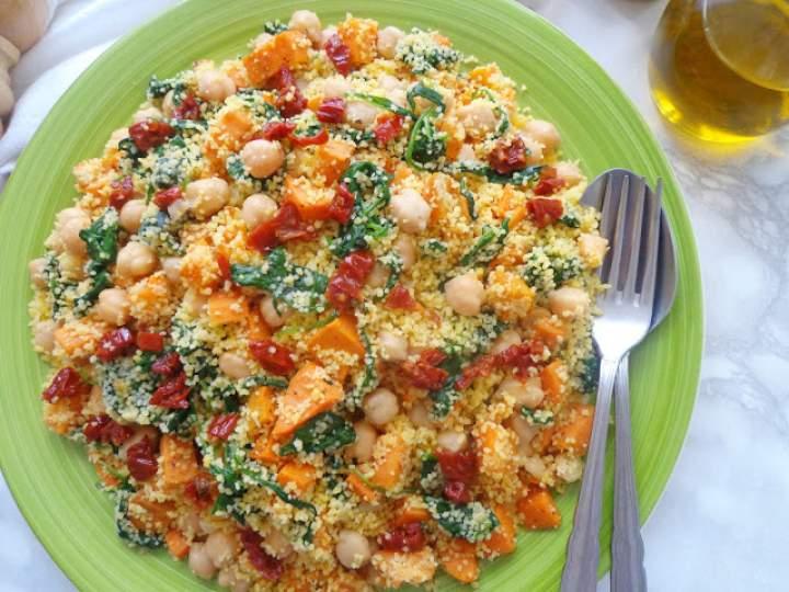 Kuskus ze słodkimi ziemniakami, ciecierzycą i suszonymi pomidorami (Couscous con patate dolci, ceci e pomodori secchi)