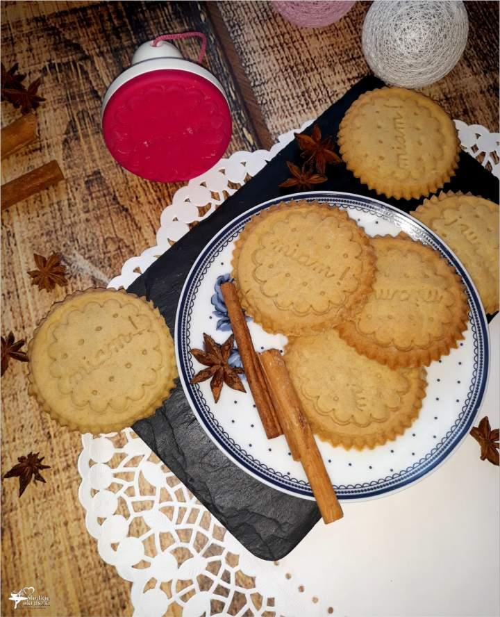 Kruche cynamonowe ciasteczka (ze wzorem)