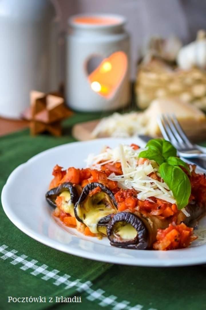 Roladki z bakłażanów z mozzarellą, kminem i sosem warzywnym