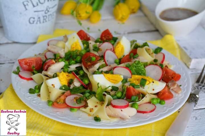 Makaronowa sałatka z wędzonym pstrągiem i nowalijkami