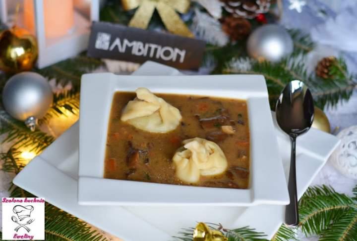 Wigilijna zupa grzybowa z grzybowymi pierożkami wonton