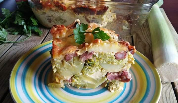 Zapiekanka ziemniaczana z brokułem i kiełbasą