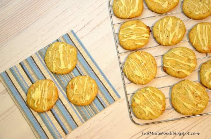 Orzechowe ciasteczka z pistacjami i białą czekoladą
