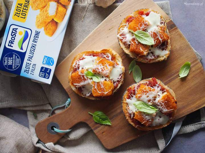 Zapiekane kanapki z paluszkami rybnymi i mozzarellą / Fish sticks and mozzarella toasts