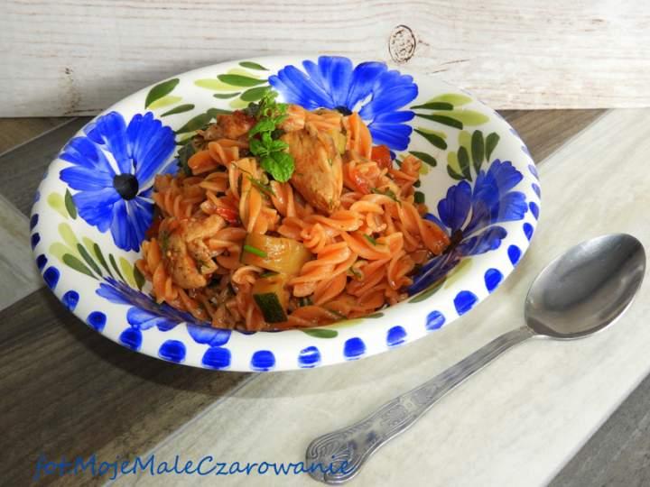 Makaron z soczewicy czerwonej z kurczakiem i warzywami
