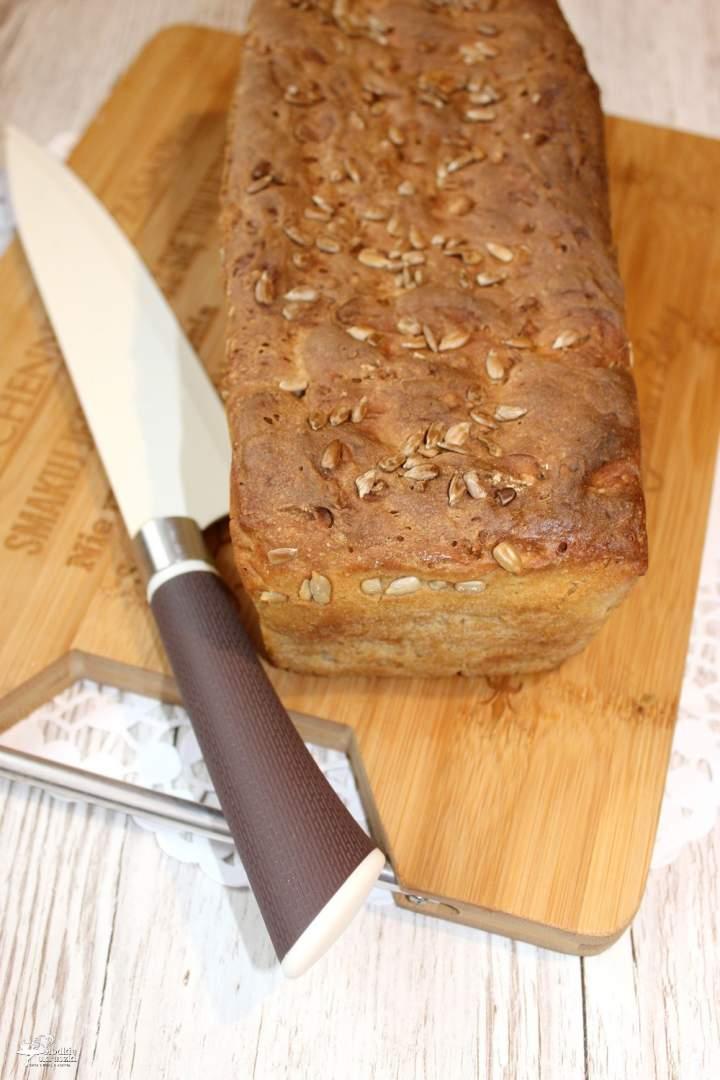 Domowy chleb pszenno-żytni z ziarnami słonecznika