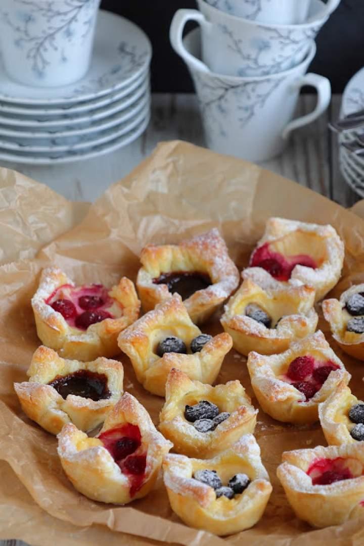 Francuskie ciasteczka z budyniem i owocami